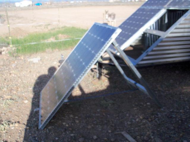 Lower painel solar removido do reboque móvel e montado sobre independente A-frame para acampar ou carregamento da bateria de caminhão.