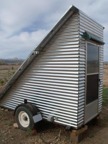 Vista lateral do off-grid móvel sistema de energia solar montado em um trailer.